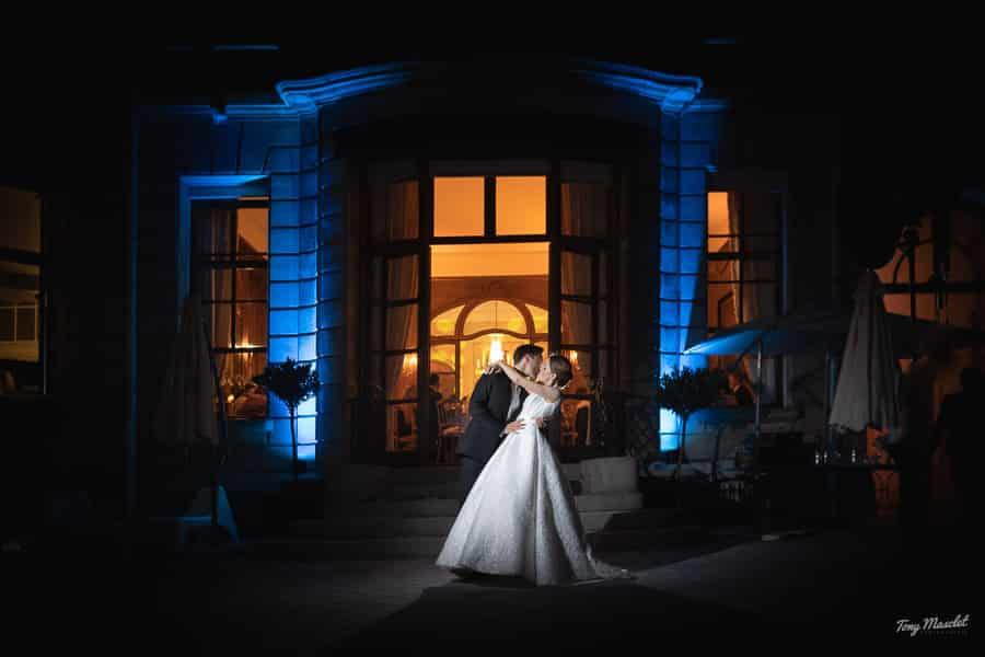 Photo de nuit très colorée du couple de mariés par tony masclet photographe de mariage à lille tourcoing nord