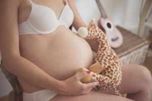 Femme enceinte tenant une peluche